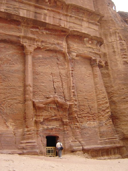 Photo The great temple of Petra passing
