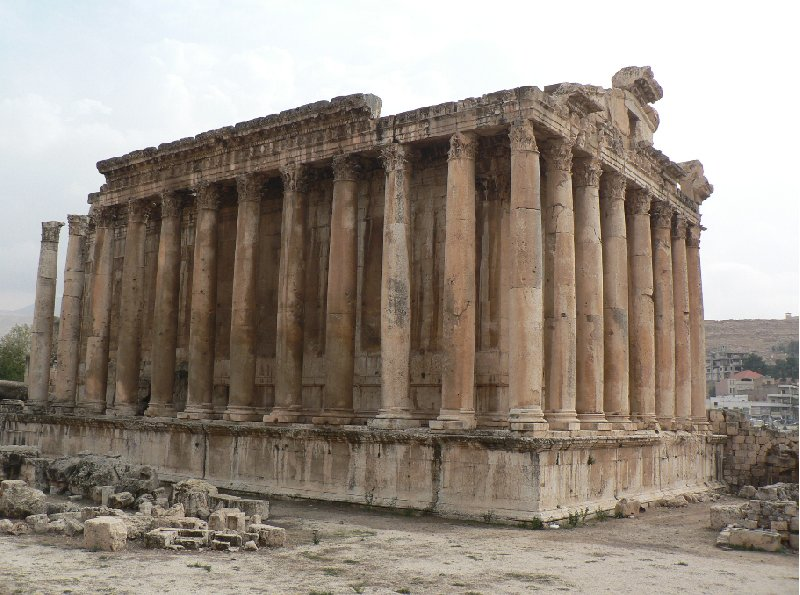 Photo The Roman temple ruins of Baalbek located