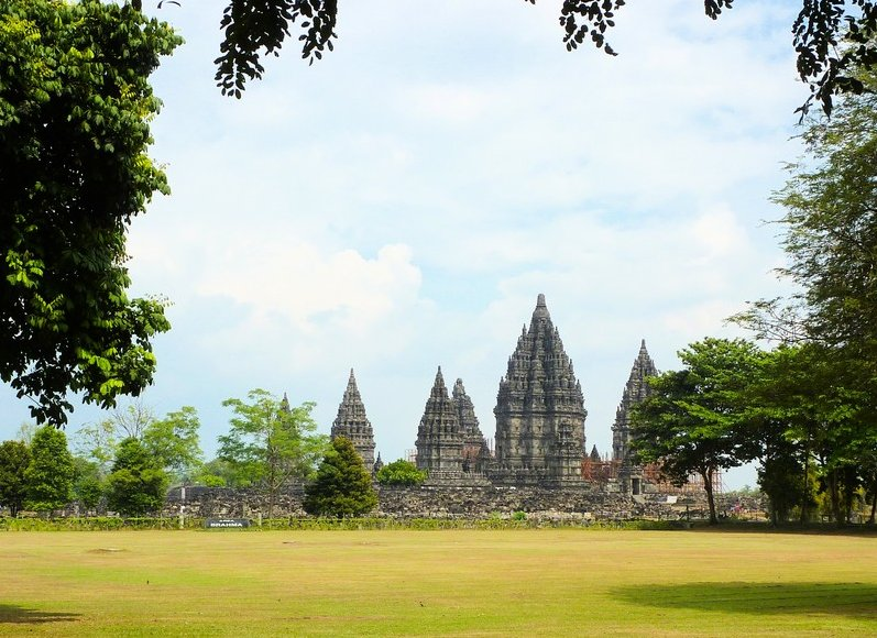 Photo The Prambanan temple complex Merapi