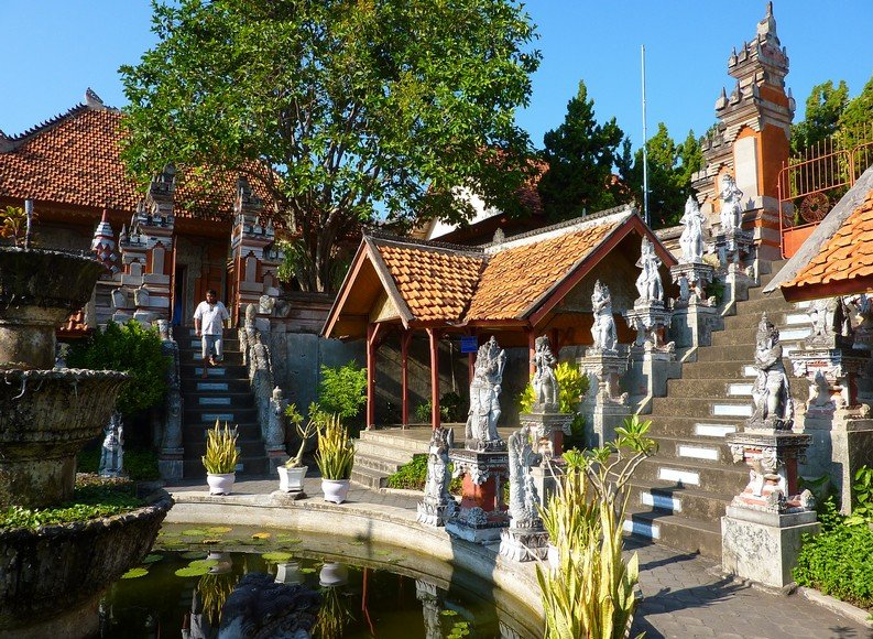 Photo Banjar Buddhist monastery headed
