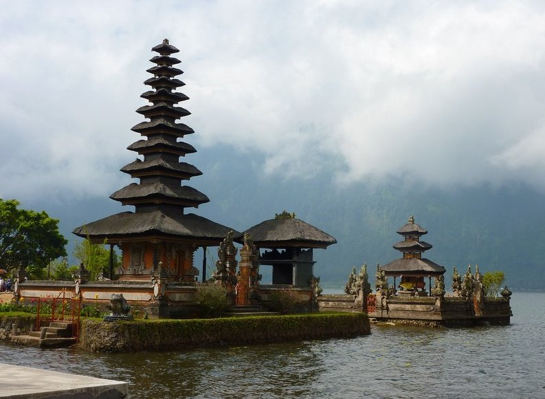 Photo Bedugul Lake Bratan Temple Besides