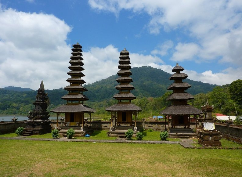 Photo Bedugul Lake Bratan Temple Tamblingan