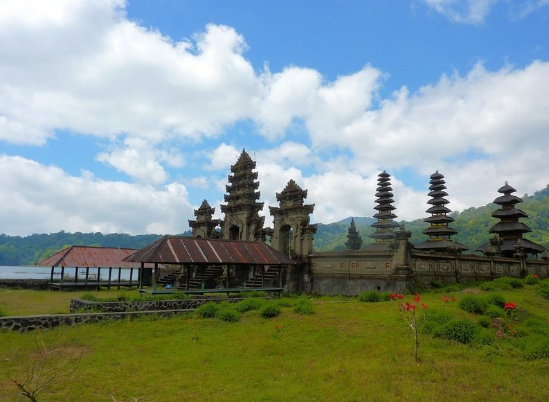 Photo Bedugul Lake Bratan Temple located